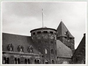 Wiec przed Miejską Radą Narodową (biała flaga) 28 czerwca 1956 r. (IPN)